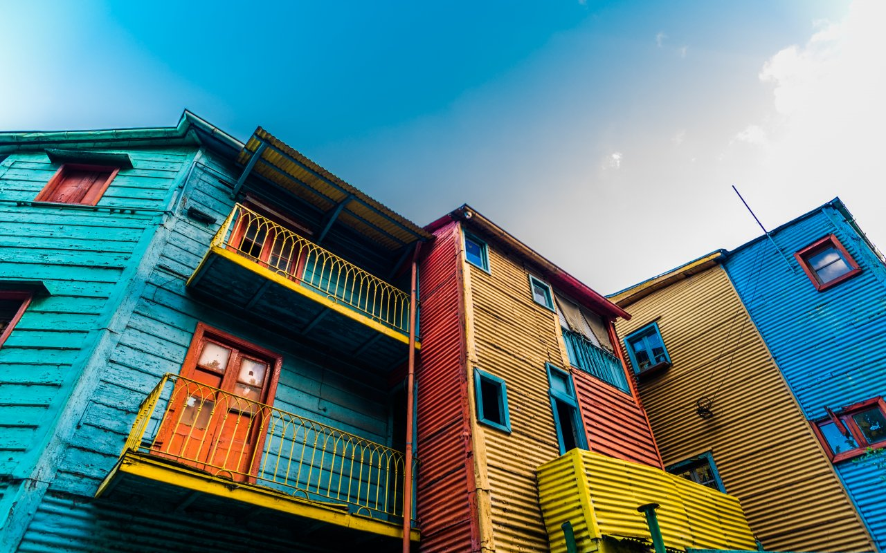 maisons colorées du quartier de la boca en argentine